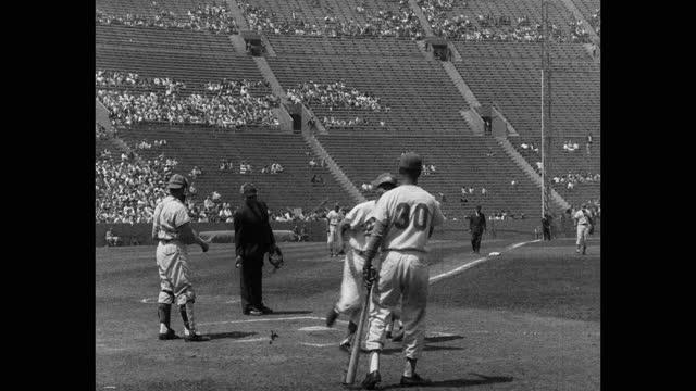 wide shot of changing of baseball player during game - 野球用グローブ点の映像素材/bロール