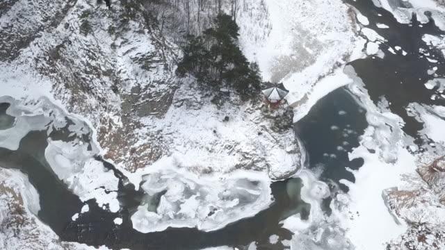 vídeos y material grabado en eventos de stock de wide shot of cheontaesan mountain covered in snow and wollyu-bong mountain peak in yeondong-gun, south korea - pared de roca