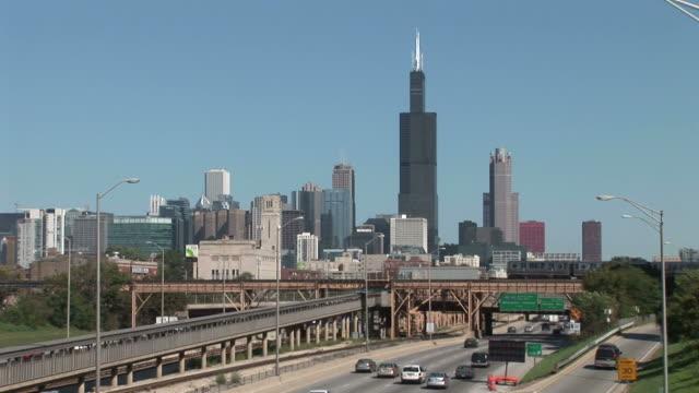 vidéos et rushes de wide shot of chicago city united states - métro de chicago