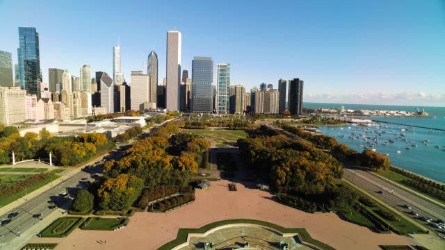 wide shot of chicago skyline pulling away over buckingham fountain - グラントパーク点の映像素材/bロール