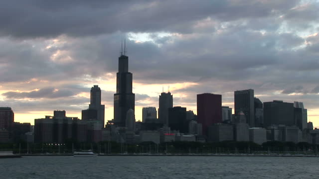 vidéos et rushes de wide shot of city at magic hour in chicago united states - aller tranquillement