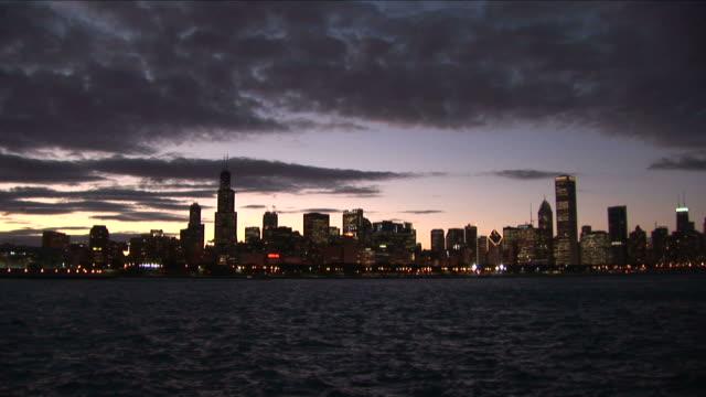 stockvideo's en b-roll-footage met wide shot of city at magic hour in chicago united states - voor anker gaan