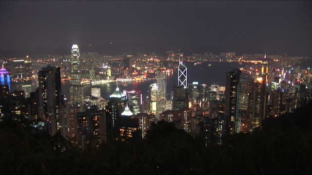 wide shot of city at night from victoria peak in hong kong china - central plaza hong kong stock videos & royalty-free footage