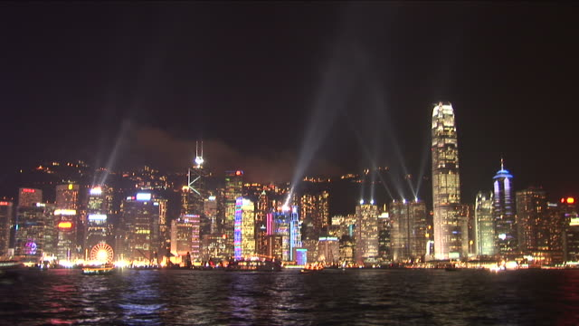 wide shot of city at night in hong kong china - bankenschild stock-videos und b-roll-filmmaterial
