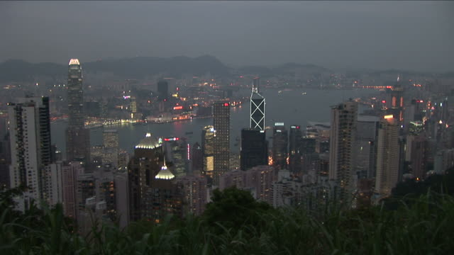 wide shot of city from victoria peak at magic hour in hong kong - central plaza hong kong stock-videos und b-roll-filmmaterial