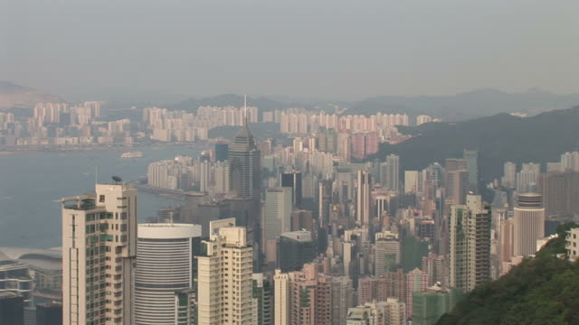 wide shot of city from victoria peak in hong kong - central plaza hong kong stock-videos und b-roll-filmmaterial