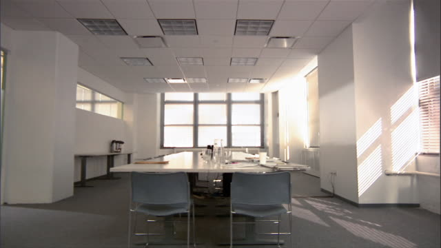 stockvideo's en b-roll-footage met wide shot of conference room in empty conference room / dolly out of room - kaal