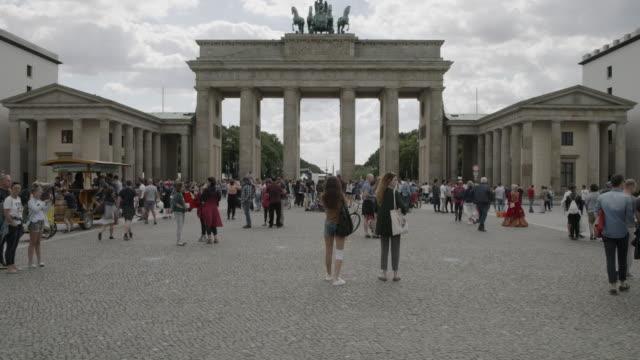 stockvideo's en b-roll-footage met wide shot of crowd at brandenburg gate / berlin, germany - brandenburgse poort
