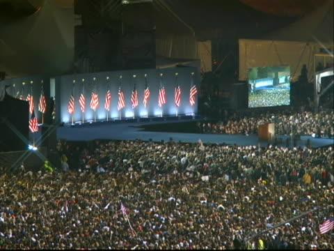 vidéos et rushes de wide shot of crowd in grant park awaiting the victory speech of president-elect barack obama. - président