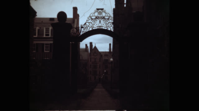 wide shot of entrance gate of yale university, new haven, connecticut, usa - エール大学点の映像素材/bロール