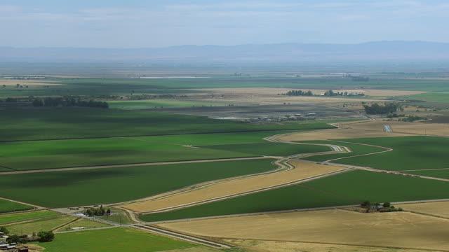 vidéos et rushes de wide shot of farmland in central valley - hémisphère nord