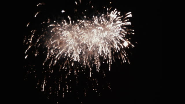 stockvideo's en b-roll-footage met wide shot of fireworks display at night - archiefbeelden