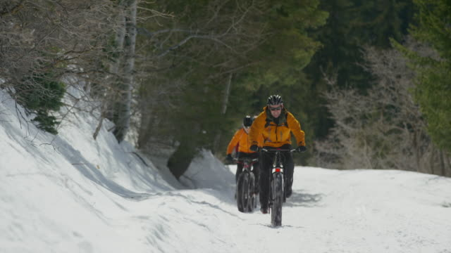 vídeos y material grabado en eventos de stock de wide shot of friends riding fat bikes on mountain / american fork canyon, utah, united states - american fork canyon