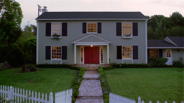 vidéos et rushes de wide shot of front of suburban house with lights on at dusk / santa barbara, california - plan de situation