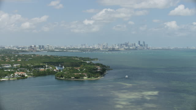 wide shot of gable estates with downtown miami in the background - baia di biscayne video stock e b–roll