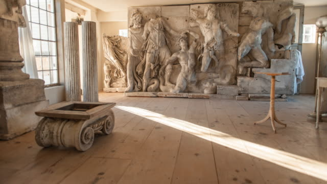 stockvideo's en b-roll-footage met wide shot of great altar of pergamon in situ - snijwerk