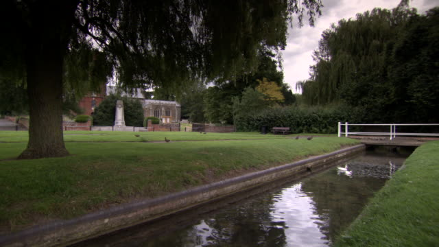 wide shot of grundisburgh's village green, suffolk, uk. - 戦争記念碑点の映像素材/bロール