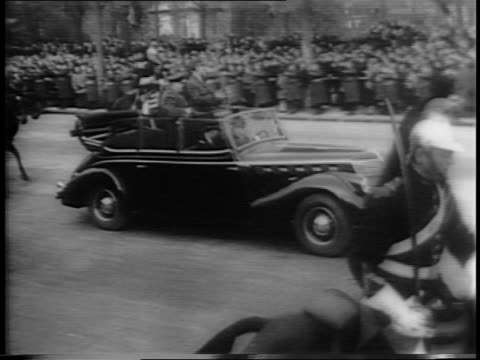 wide shot of guards on horseback parading down avenue des champselysees / british prime minister winston churchill and french general charles de... - パリ凱旋門点の映像素材/bロール