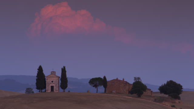 vidéos et rushes de wide shot of italian church and farmhouse in countryside / piensa, tuscany, italy - toscane