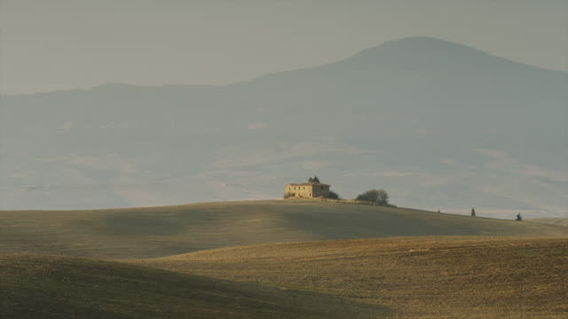 wide shot of italian farmhouse in rolling landscape / piensa, tuscany, italy - masseria video stock e b–roll