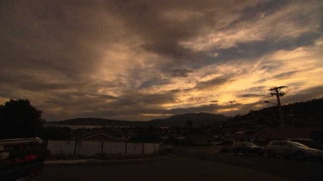 stockvideo's en b-roll-footage met wide shot of late dusk sky and cloud at mount wellington tasmania / pull out to wide shot and pan taking in derwent river as night falls suburban... - tuinhek