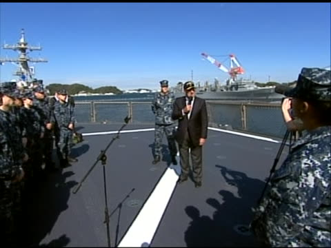 wide shot of leon panetta praising soldiers at an airport after landing in tokyo. this footage took place during panetta's first official visit to... - (war or terrorism or election or government or illness or news event or speech or politics or politician or conflict or military or extreme weather or business or economy) and not usa点の映像素材/bロール