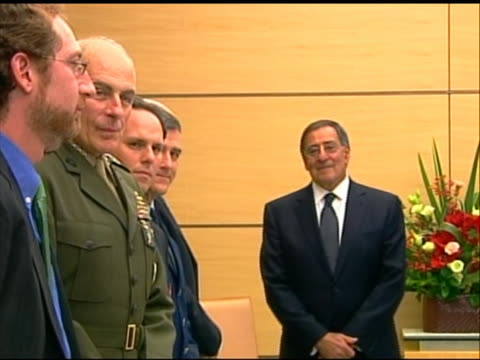 wide shot of leon panetta waiting with his advisors for a meeting with japanese prime minster yoshihiko noda. this meeting took place in tokyo during... - (war or terrorism or election or government or illness or news event or speech or politics or politician or conflict or military or extreme weather or business or economy) and not usa点の映像素材/bロール