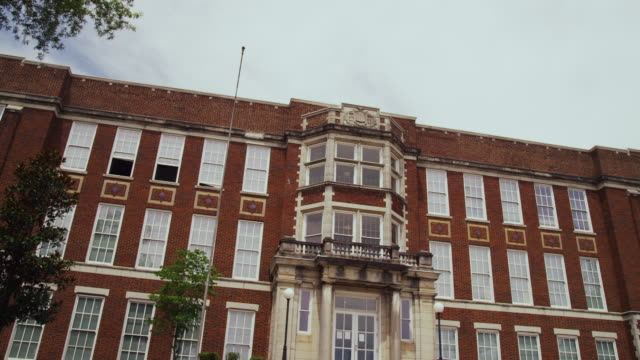 vídeos de stock, filmes e b-roll de wide shot of little rock central high school building - colégio educação