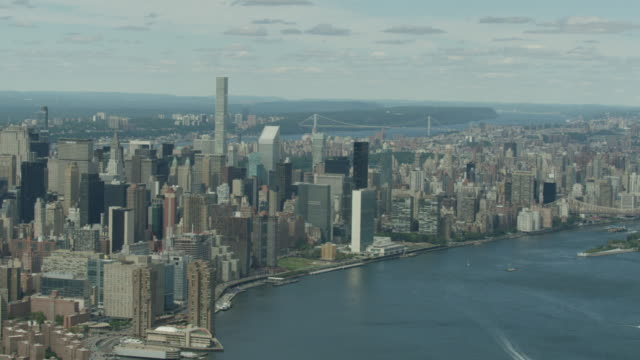Wide shot of Manhattan cityscape with the 432 Park Avenue and the George Washington Bridge in the background