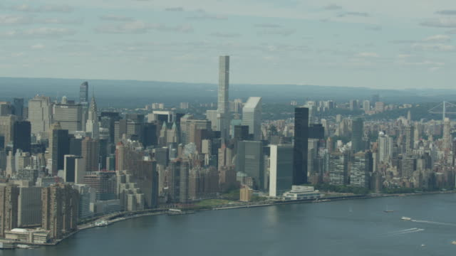 Wide shot of Manhattan cityscape with the 432 Park Avenue