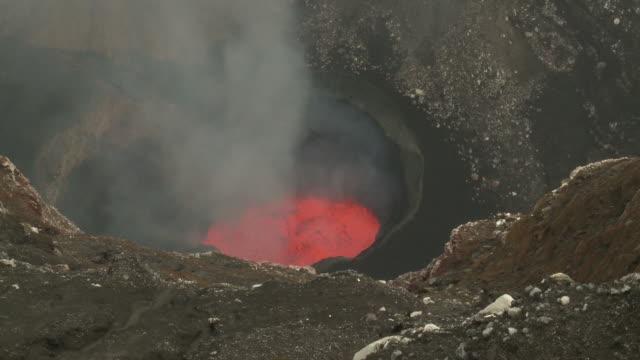 vídeos y material grabado en eventos de stock de wide shot of marum volcano's lava lake releasing toxic gases, marum volcano, ambrym island, vanuatu - en el borde