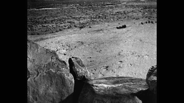 stockvideo's en b-roll-footage met wide shot of men on horses chasing stagecoach - werkdier