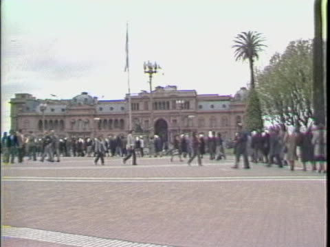 wide shot of mothers of the plaza de mayo in line in the plaza in front of the casa rosada - courtyard stock videos & royalty-free footage