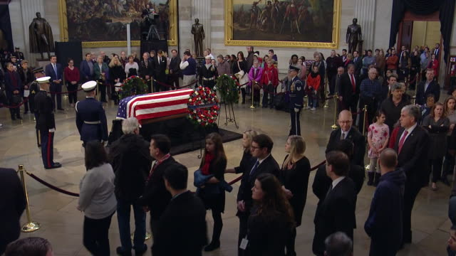 wide shot of mourners paying their respects to former president george h.w. bush in the united states capitol rotunda on december 4, 2018. - 正装安置点の映像素材/bロール