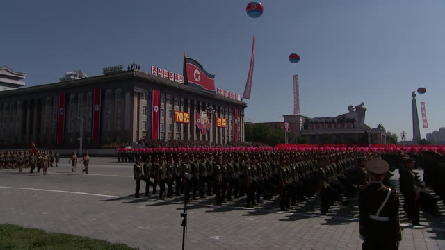 wide shot of north korean servicemen marching in kim il-sung square during the 70th anniversary military parade held on september 9, 2018 in... - 70周年点の映像素材/bロール