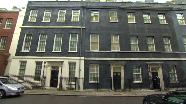 wide shot of number 10 and 11, downing street - erkerfenster stock-videos und b-roll-filmmaterial