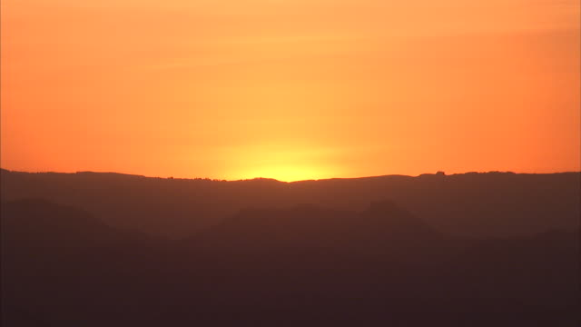 wide shot of orange sunset/sunrise - horizont über land stock-videos und b-roll-filmmaterial