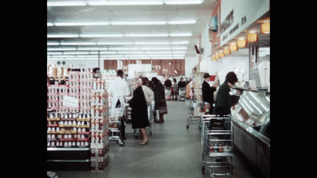 vidéos et rushes de wide shot of people with shopping carts shopping in super market - rangement