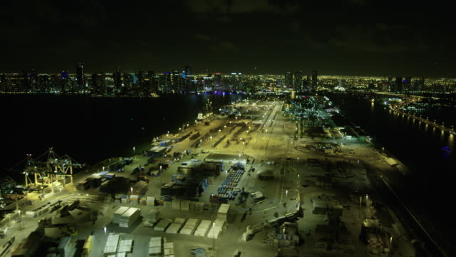 wide shot of portmiami with downtown miami in the background at night - baia di biscayne video stock e b–roll