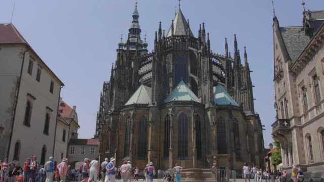 wide shot of prague castle surrounded by tourists and visitors - フラッチャニ城点の映像素材/bロール