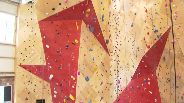 vídeos de stock e filmes b-roll de wide shot of rock climbing practice wall at brooklyn boulders in chicago on jan 13 2015 - corda de trepar