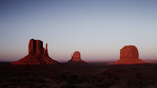 vídeos de stock e filmes b-roll de wide shot of rock formations in monument valley / monument valley, utah, united states,  - arenito