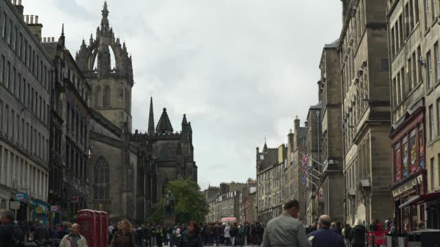 wide shot of royal mile in edinburgh, scotland - male likeness stock videos & royalty-free footage