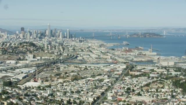 vídeos y material grabado en eventos de stock de wide shot of san francisco cityscape from above bayview neighborhood - puente de la bahía san francisco oakland