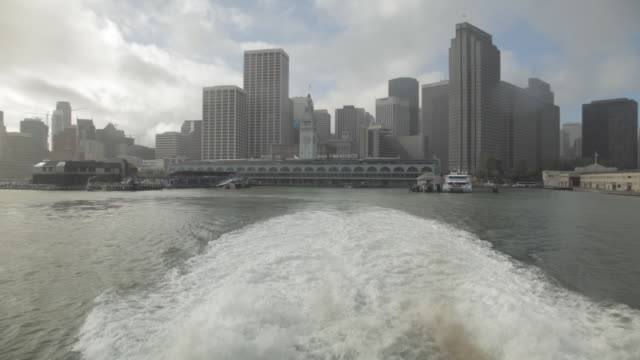 stockvideo's en b-roll-footage met wide shot of san francisco from ferry pov - veerbootgebouw