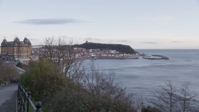 vídeos de stock, filmes e b-roll de wide shot of scarborough cityscape from the scarborough bay - scarborough norte de yorkshire
