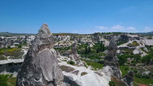 vídeos de stock e filmes b-roll de wide shot of scenic landscape, with hills and flora - exposto ao ar