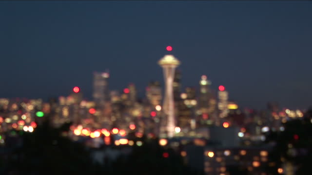stockvideo's en b-roll-footage met wide shot of seattle city at night in united states - scherpte verlegging
