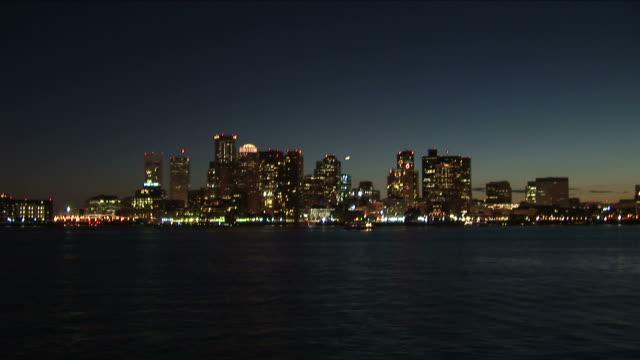 stockvideo's en b-roll-footage met wide shot of skyline at night in boston united states - voor anker gaan