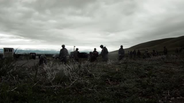 vídeos y material grabado en eventos de stock de wide shot of soldiers doing training drills - operar